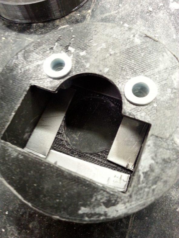 Lukon kiinteä osa valmiina metallilevyineen ja niittimuttereineen ennen kiinnitystä oveen.