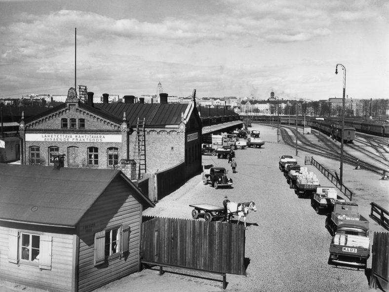 Töölön tavara-asema vuonna 1939. HKM, Pietinen Aarne Oy. https://www.helsinkikuvia.fi/record/hkm.HKMS000005:km0024xd/